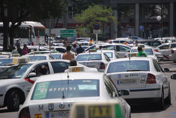 La CAM anuncia ayudas para la compra de taxis de bajas emisiones