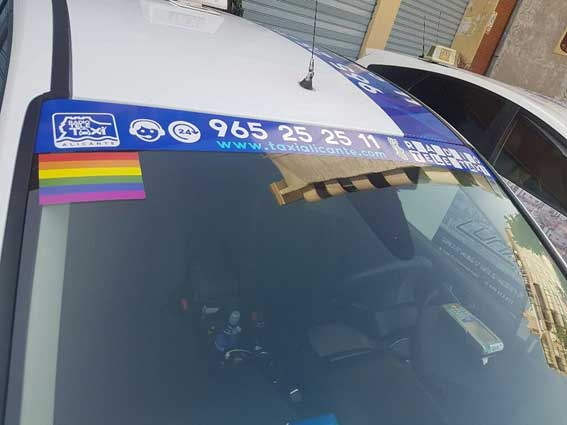 Taxistas de Alicante lucen la bandera LGTBI en el Orgullo