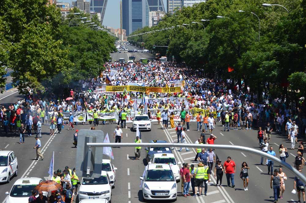 Los taxistas vuelven a exigir en la calle que se cumpla la ley