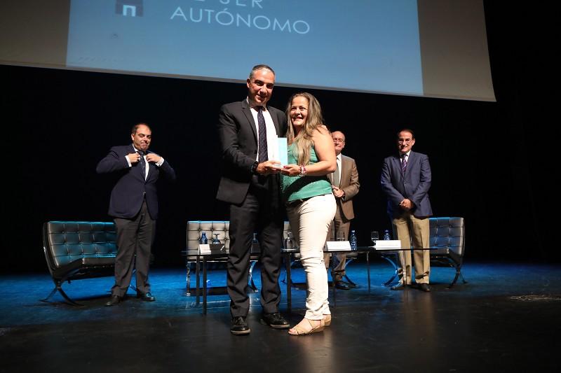 La taxista Eva Torres, premio a la iniciativa más social