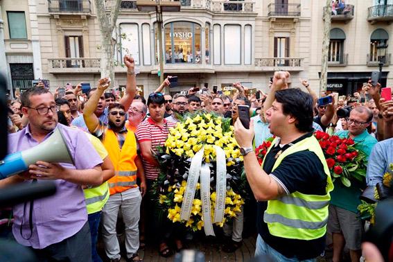 Los taxistas homenajean en las Ramblas a las víctimas de los atentados
