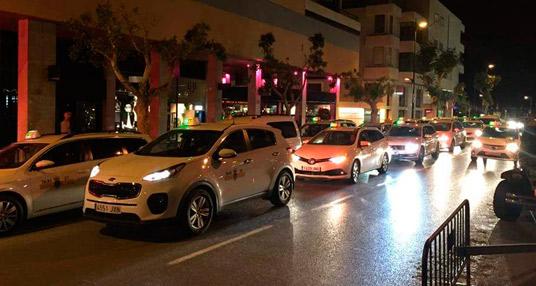 Taxistas protestan en el centro de Ibiza contra el intrusismo