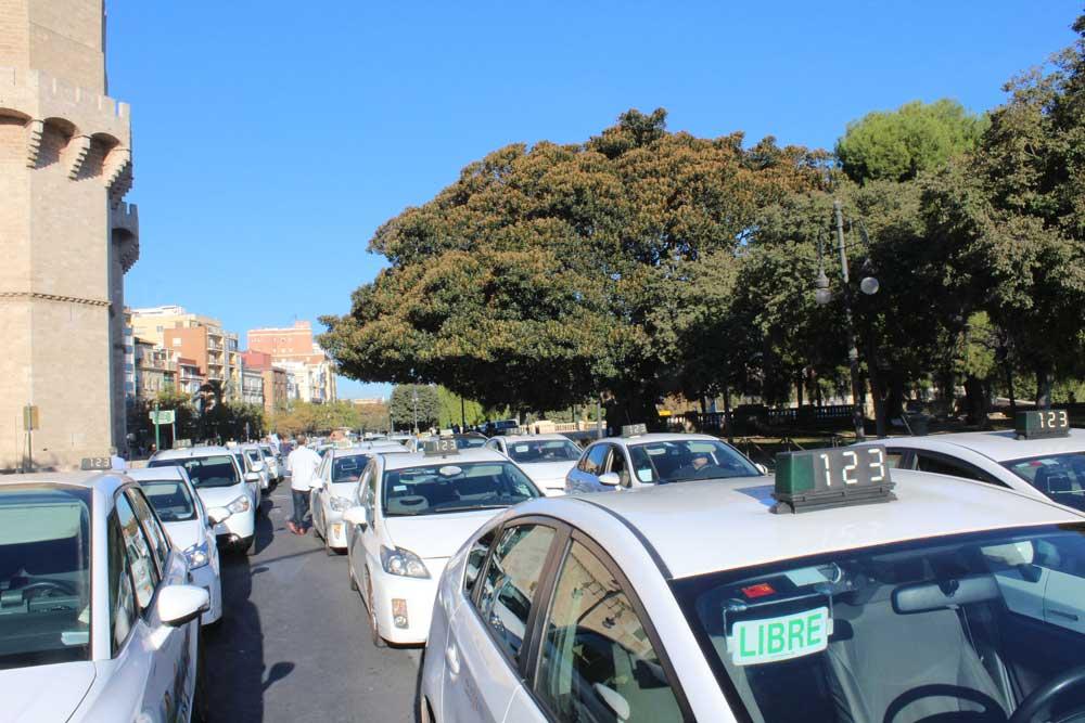 Más de 1.500 taxis protestan contra la nueva Ley del Taxi
