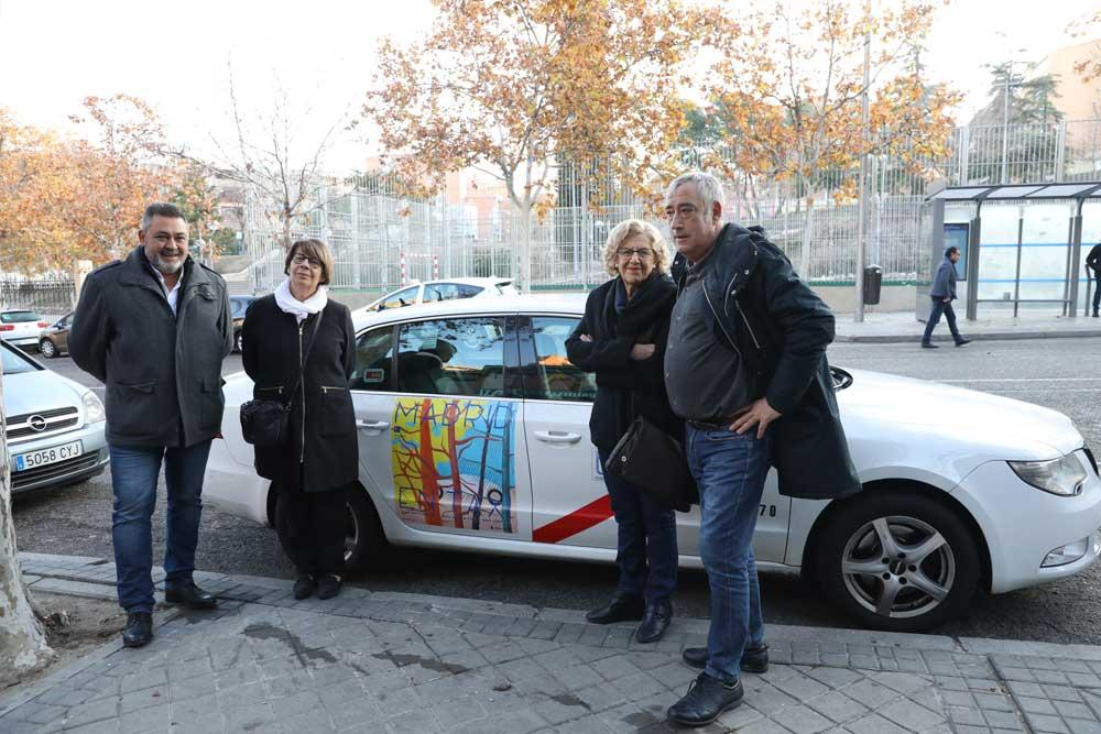 Manuela Carmena felicita la Navidad a los taxistas
