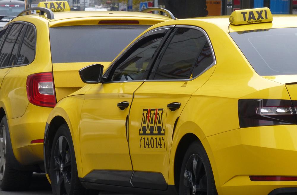 2.000 taxistas protestan en Praga contra Uber