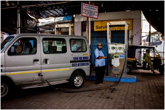 """""""By a girl"""", mujeres taxistas en India"""