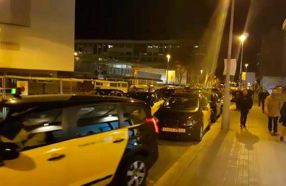 Taxistas de Barcelona bloquean una estación de autobuses contra Alsa