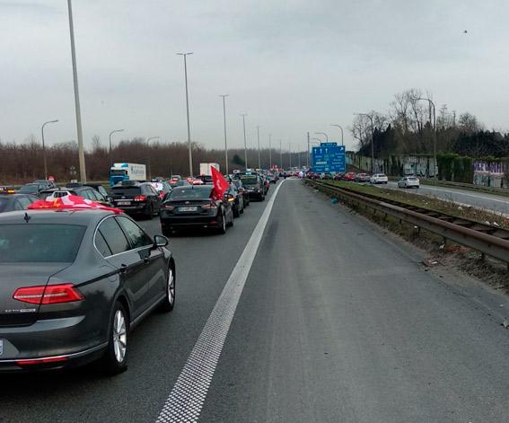 El taxi protesta en Bruselas contra una norma que le equipara a las VTC