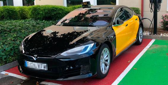 El primer taxi Tesla ya circula por las calles de Barcelona