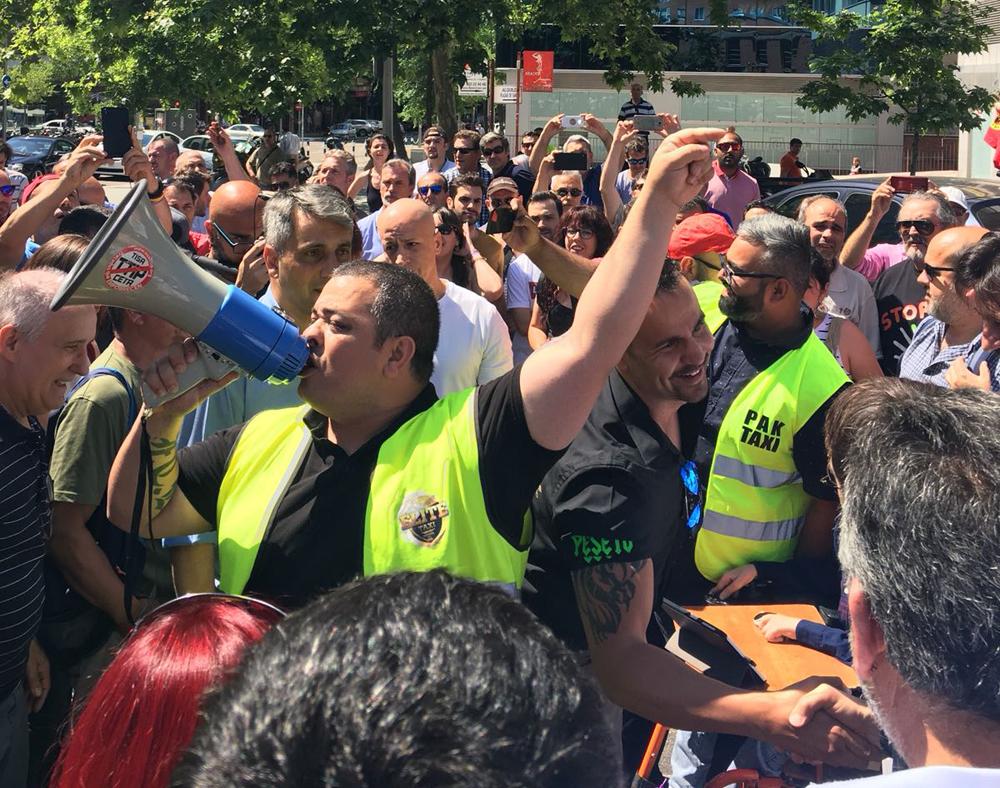 El taxi muestra su apoyo a Podemos en las puertas del juzgado