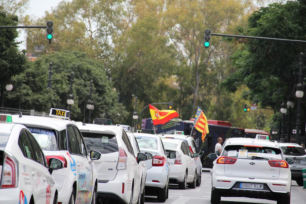 El taxi presionará a los ayuntamientos para que regulen las VTC
