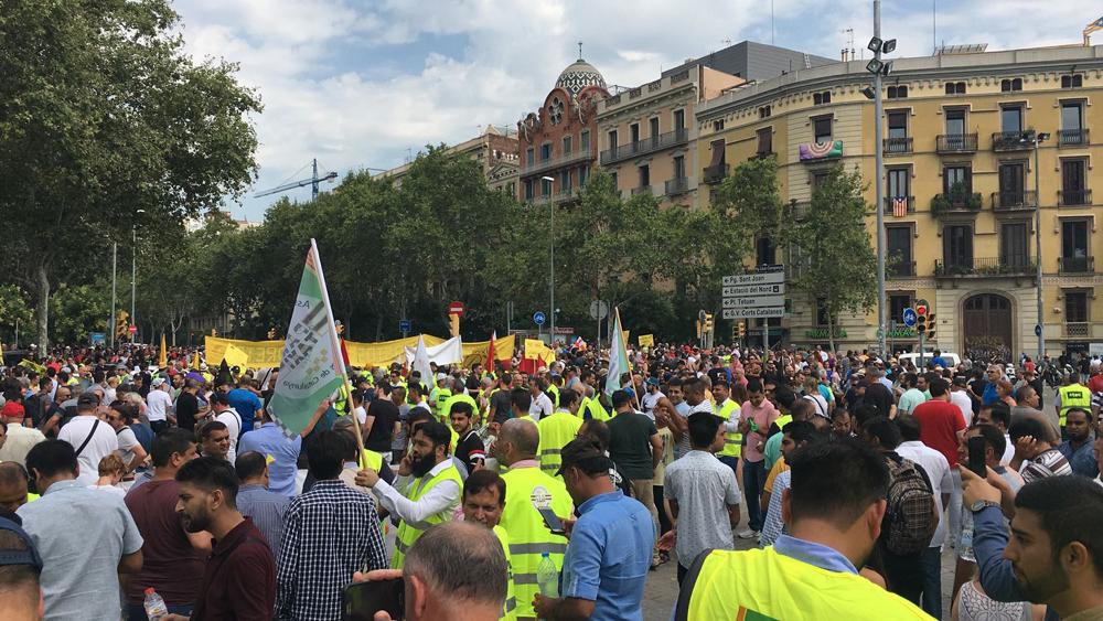 Multitudinaria protesta en Barcelona contra la suspensión del ´decreto Colau´
