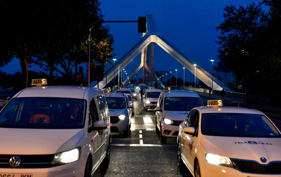 Taxistas de Sevilla se manifiestan para pedir ayudas