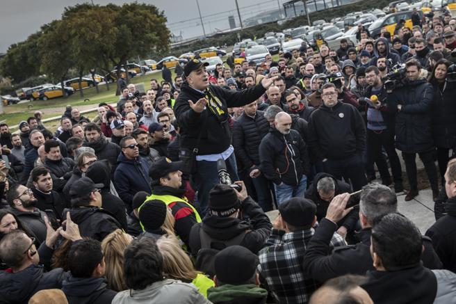 Aprobado el decreto que introduce la precontratación de VTC en Catalunya