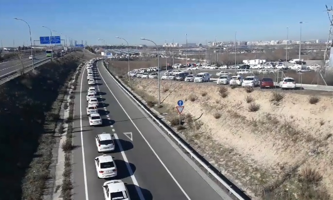 Los taxistas votan en la T4 si continúan o no con la huelga