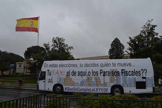 Un autobús promociona el servicio de taxi en plena campaña