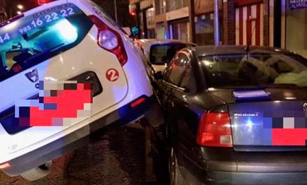 Un conductor de taxi drogado choca contra dos coches en Gijón