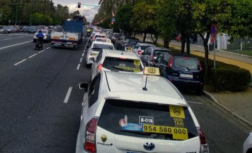Sevilla, colapsada por los taxistas