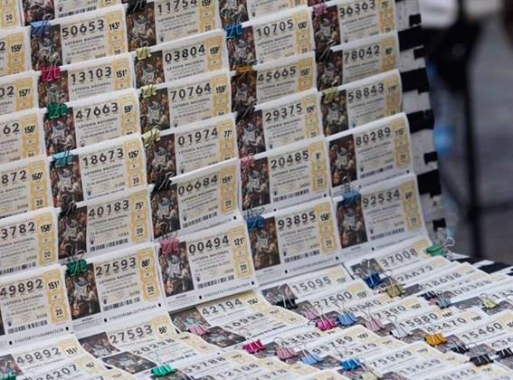 Roban dos móviles y 2.200 euros de lotería a un taxista