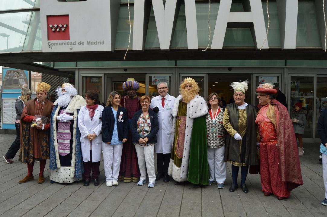 Los Reyes Magos visitan en taxi a los niños hospitalizados