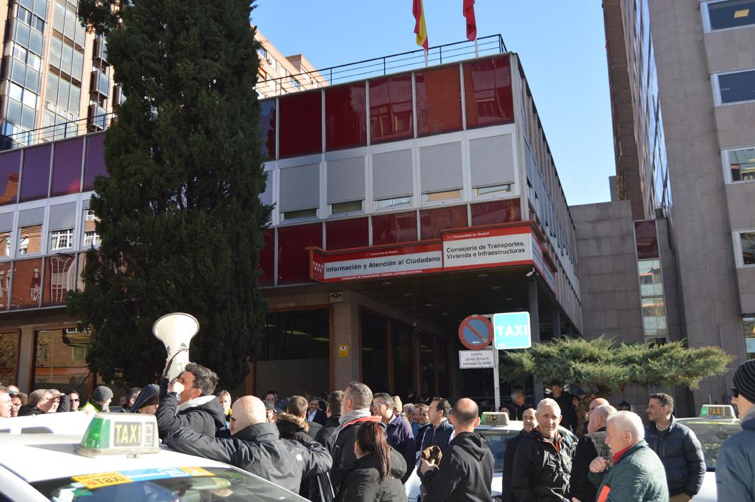 """El taxi se concentra frente a la """"casa"""" de Garrido"""