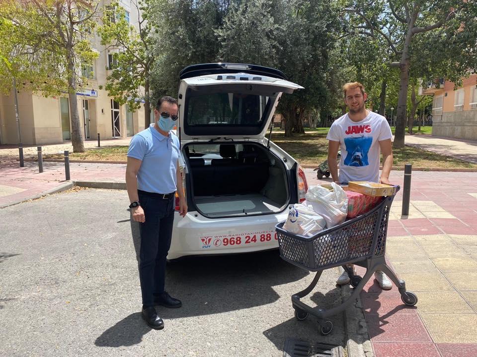 El taxi de Murcia recoge más de 600kg para el banco de alimentos