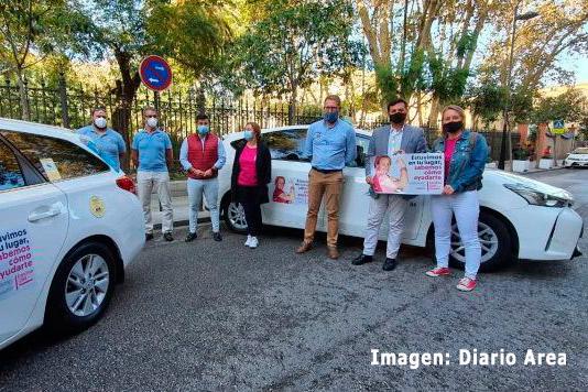 El taxi de Algeciras lucirá lazos rosas contra el cáncer de mama