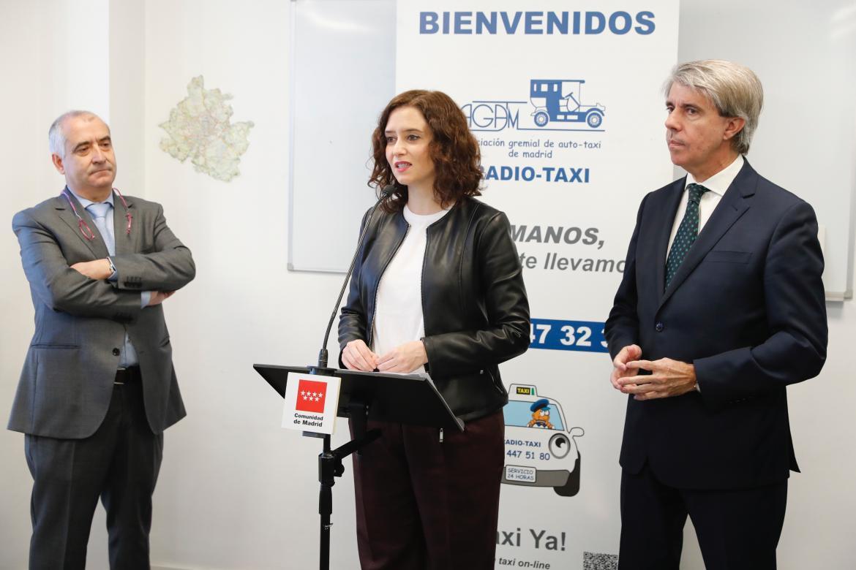 Ayuso destaca la labor del taxi en su visita a AGATM