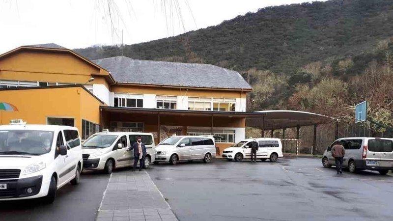 Taxistas rurales recogen firmas para mantener sus rutas escolares