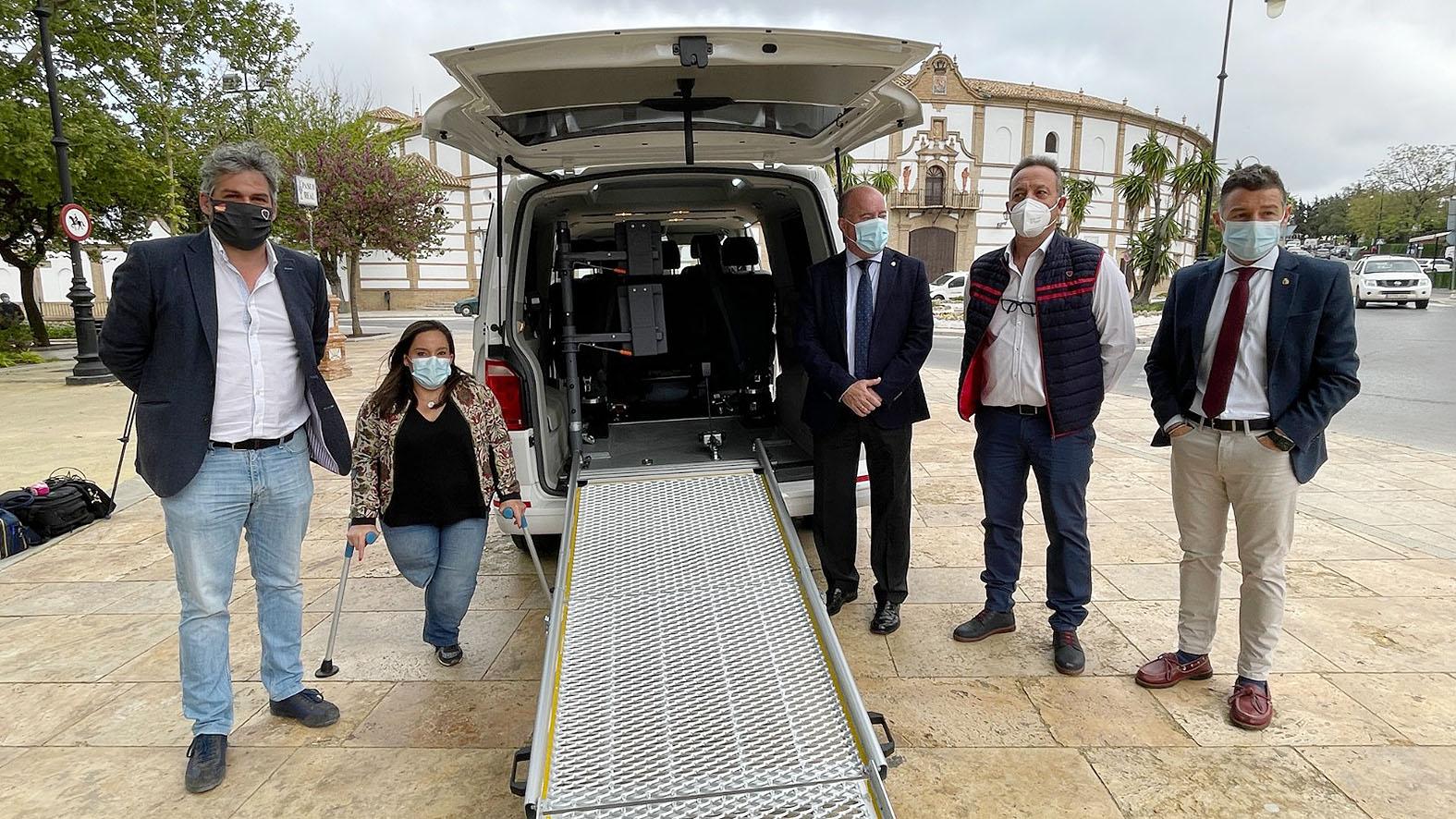 En marcha el primer taxi adaptado en Antequera