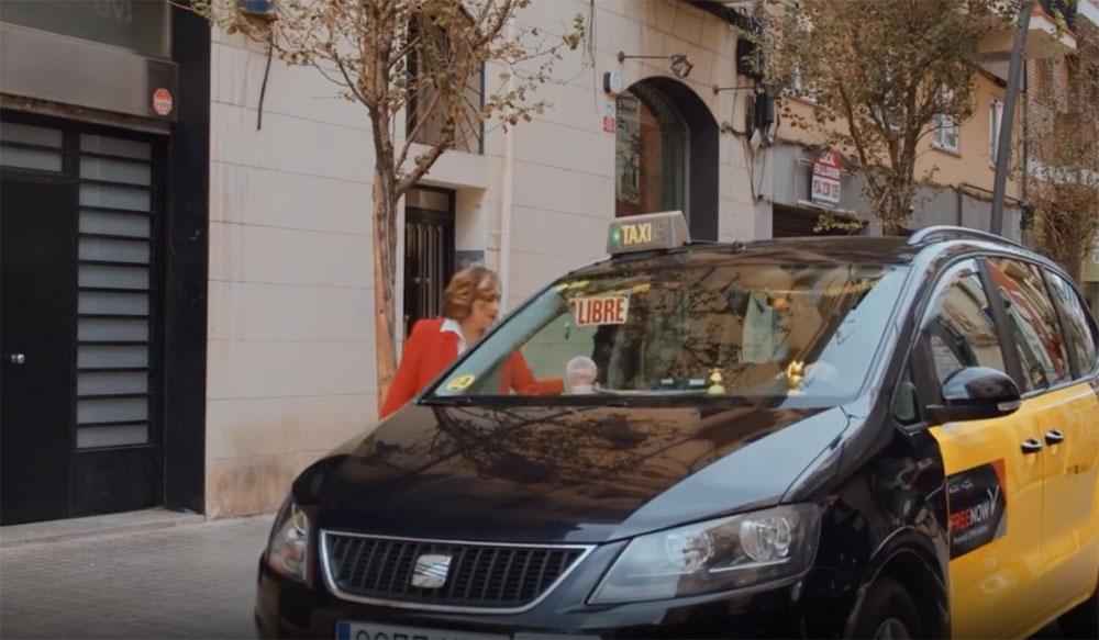 Colau se sube al taxi para promocionar el cine